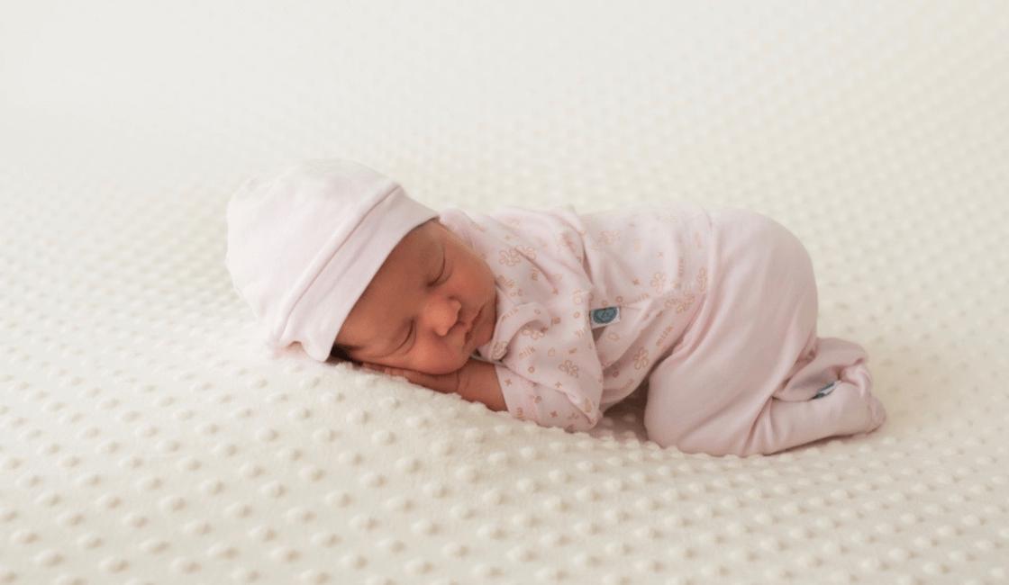 seleccione material de calidad para saber como vestir a un bebe en verano