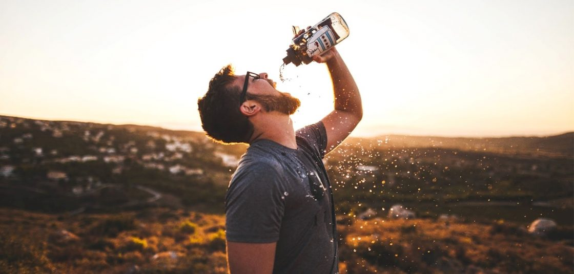 beber-agua-hombre-barba-hidratacion-drink-water
