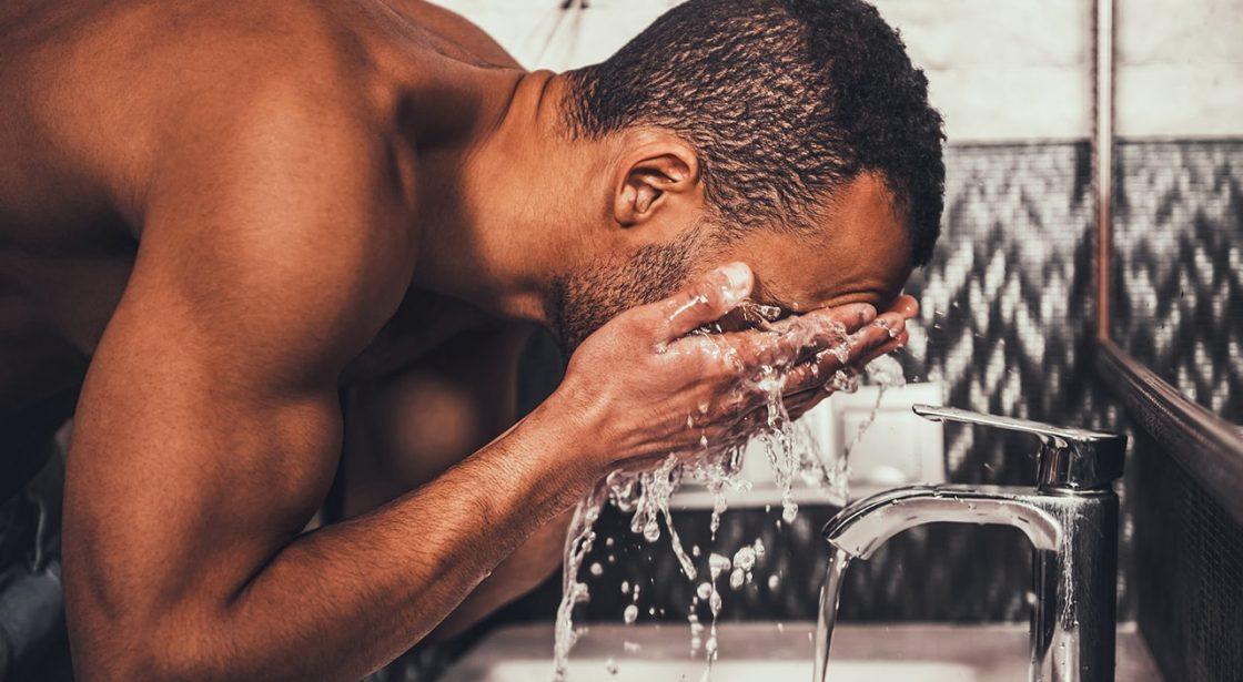 hombre-lavar-cara-aseo-exfoliacion