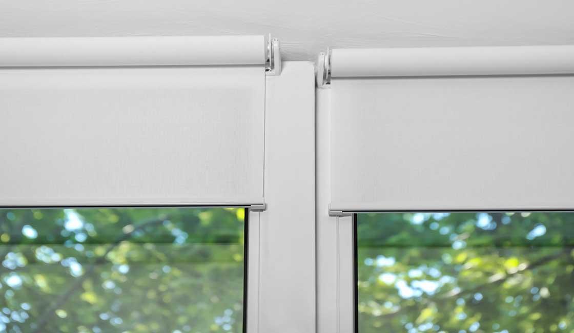 soportes de cortin a roller en dos ventanas