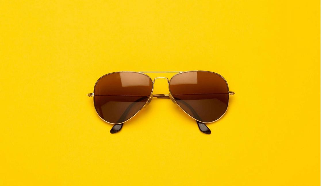 lentes de sol entre las cosas de cartera necesarios