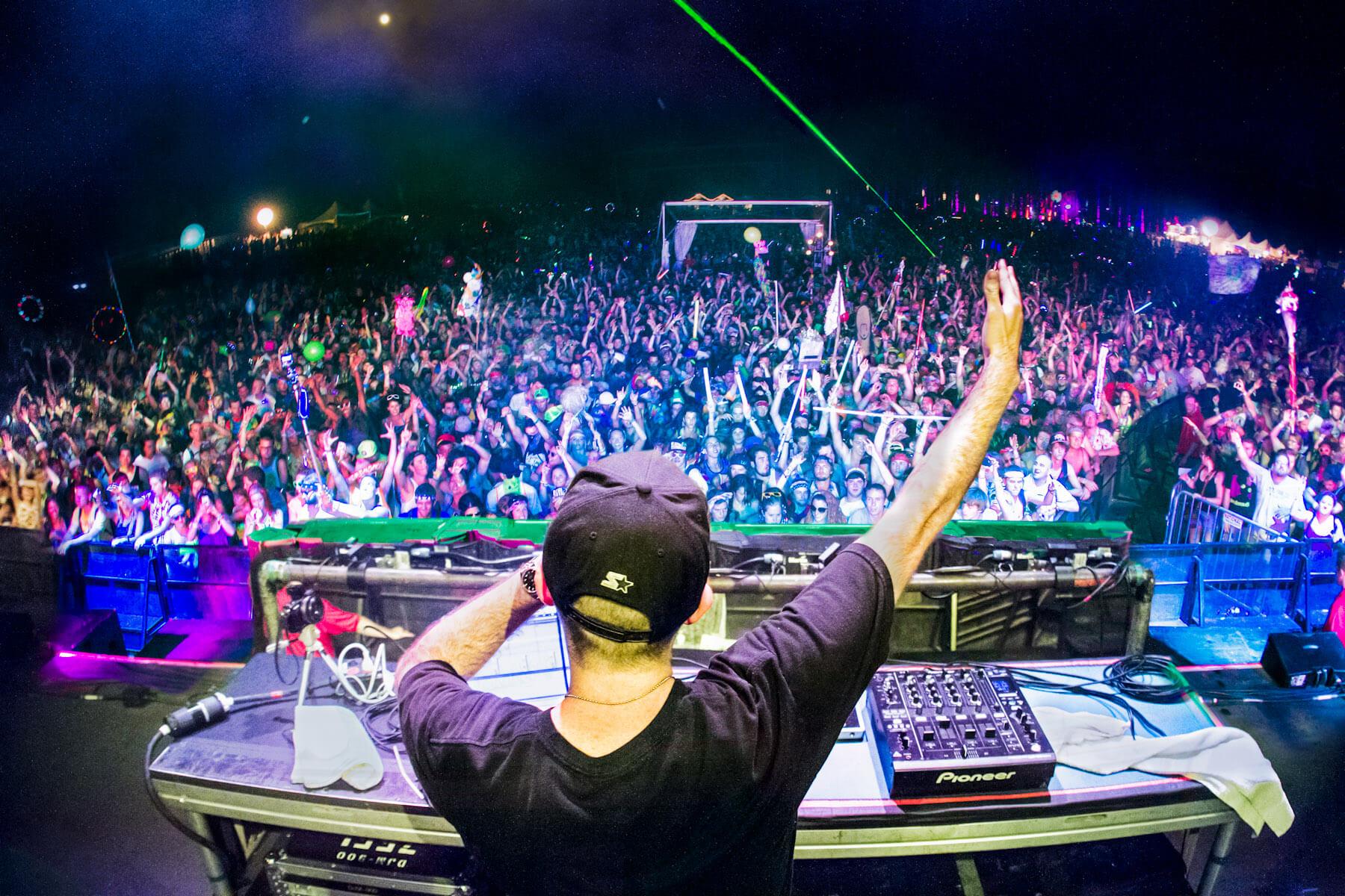 Un verdadero DJ de música electrónica transmite sensaciones y sentimientos. Diplo mostrandonos cómo se hace.