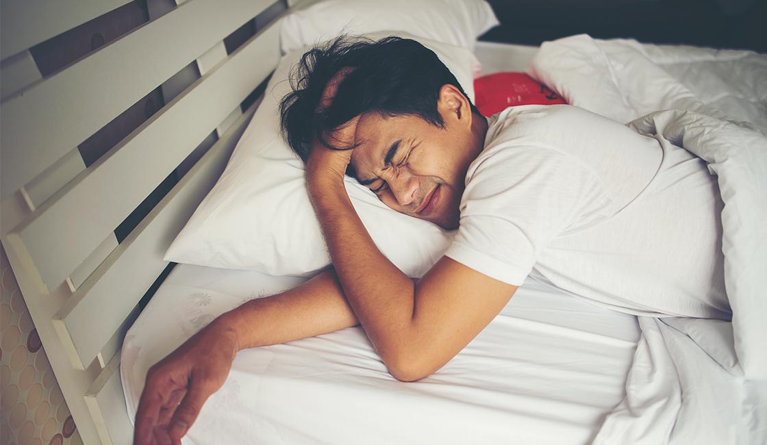 Hombre levantandose de la cama enojado
