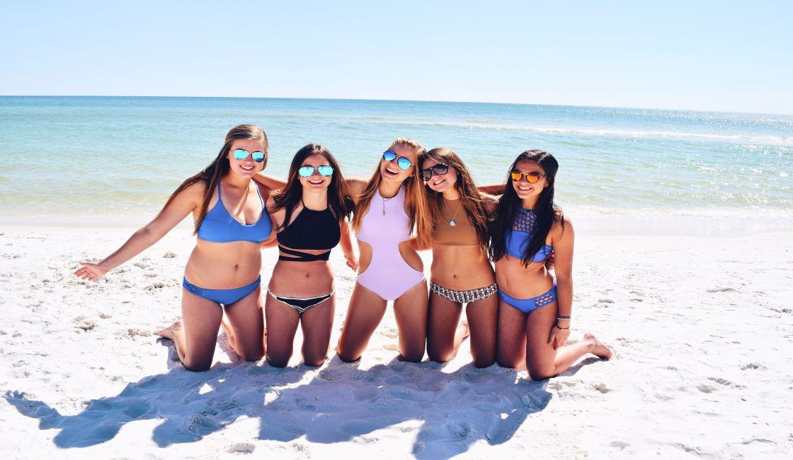 chicas con traje de baño en la playa