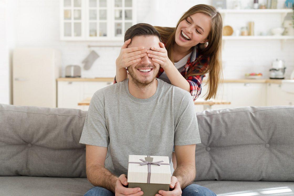 Hombre sorprendido por regalo