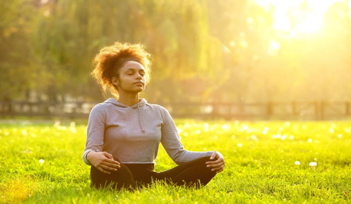 mujer yoga respiración