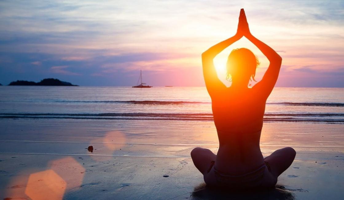 yoga mujer playa