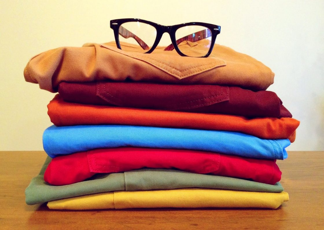 fila de ropa de colores con lente