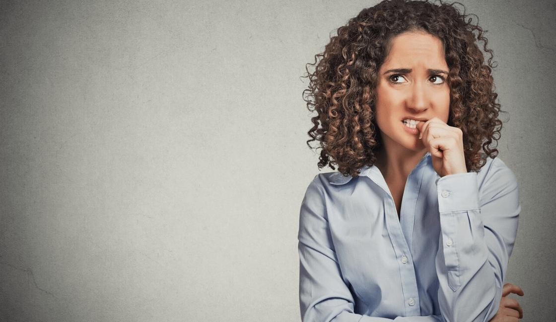 persona nerviosa y ansiosa mordiendose las uñas