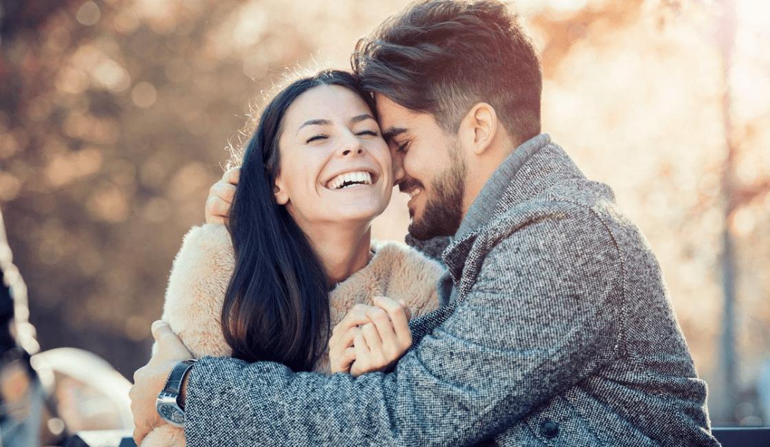 pareja feliz - señales de una mujer