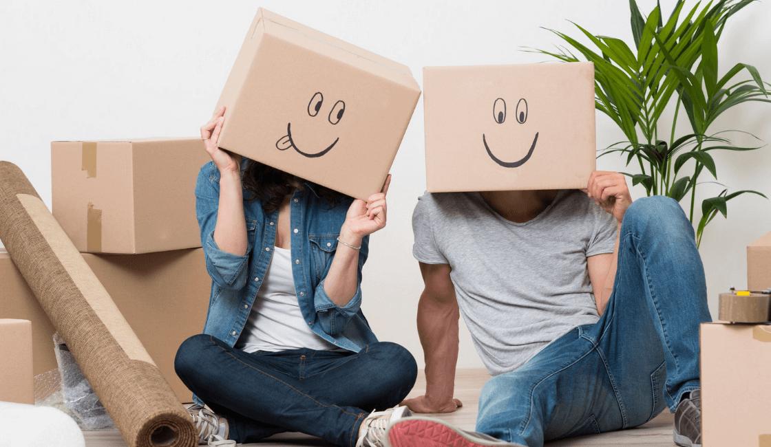pareja se divierte con cajas - señales de una mujer