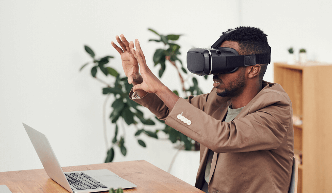 hombre y visor virtual