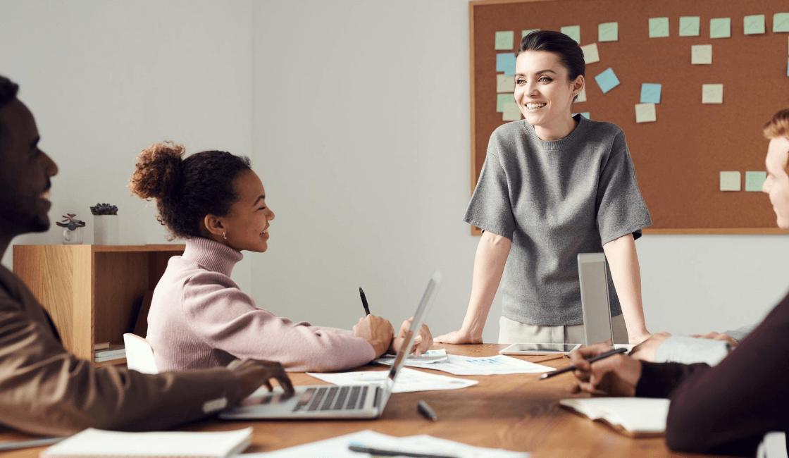 Mujer que habla con su equipo de trabajo