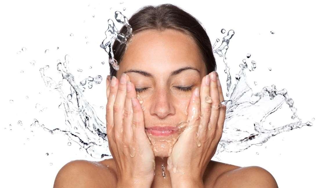 Paso 1 en la rutina de cuidado de la piel del rostro