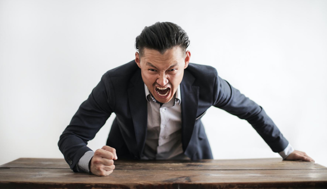 trabajador enojado golpeando la mesa