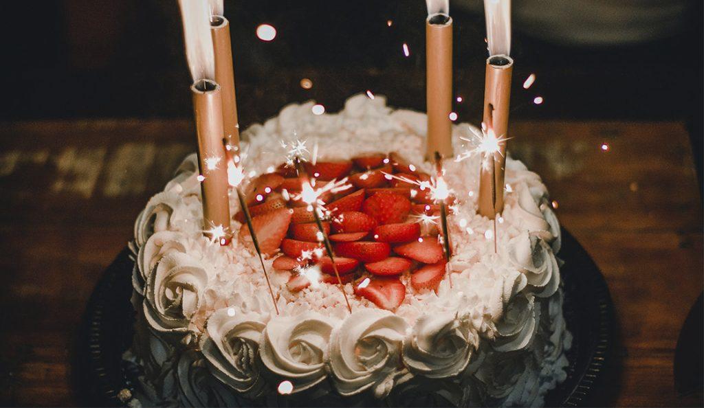 cómo hacer una torta de cumpleaños con crema paso a paso