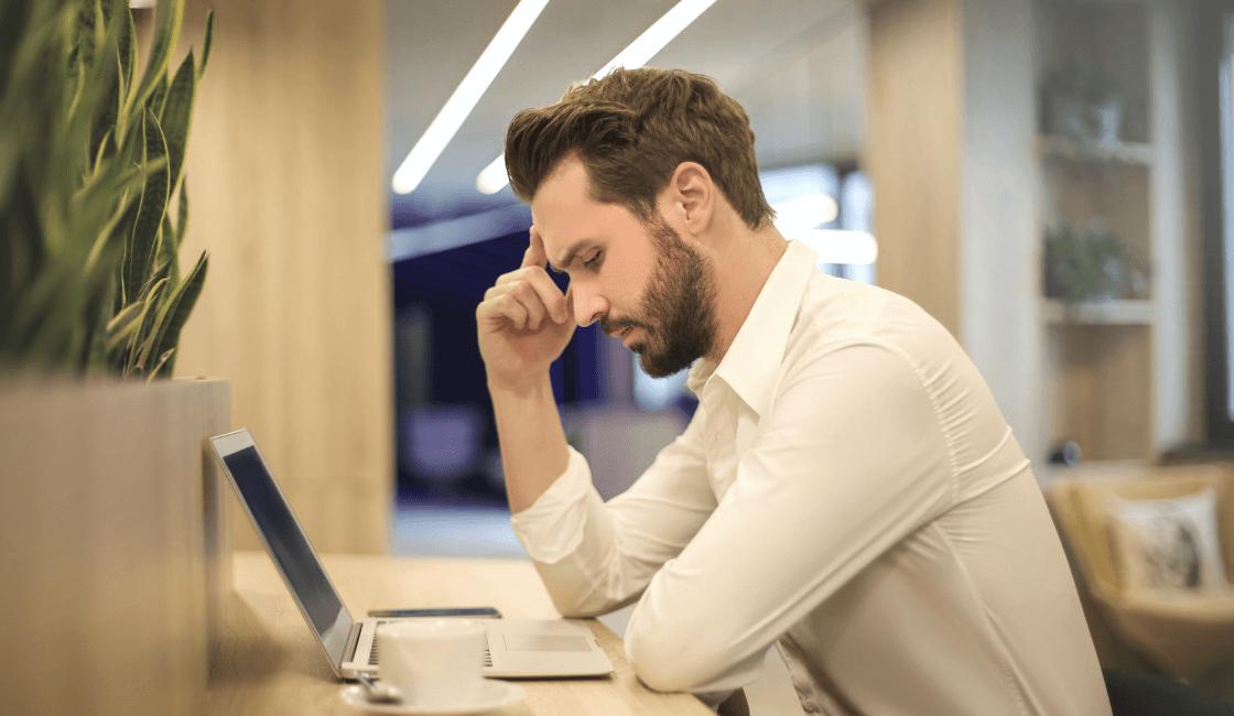 Hombre con trabajo estresante