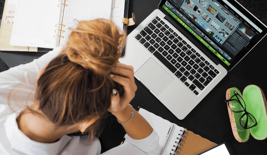 Mujer con síntomas del estrés laboral