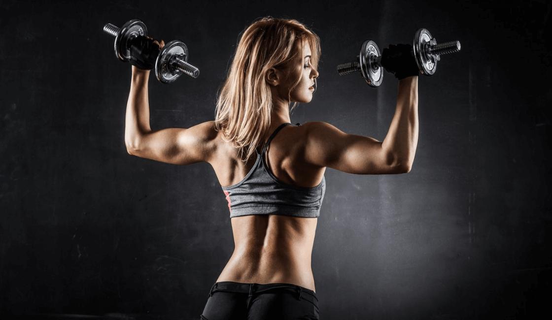 Mujer haciendo rutinas para ganar músculo