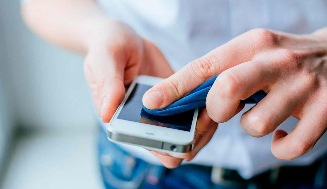 Limpia la lente de tu teléfono móvil