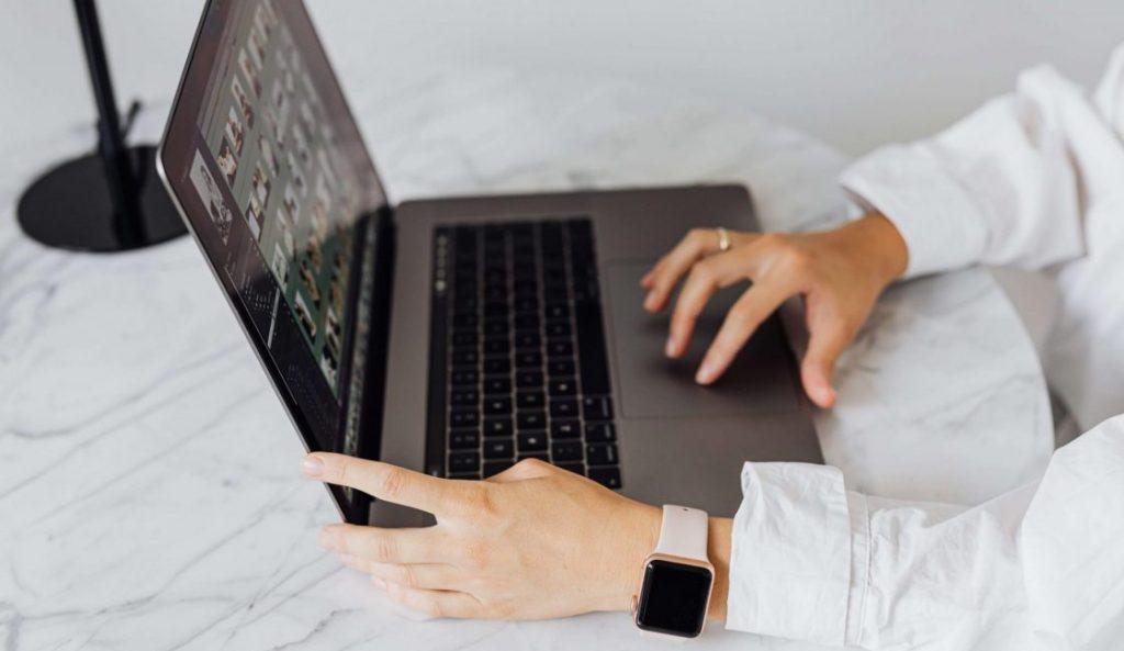 laptop-reloj-mano-trabajo en casa
