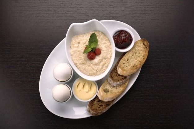 Desayuno con avena y huevo