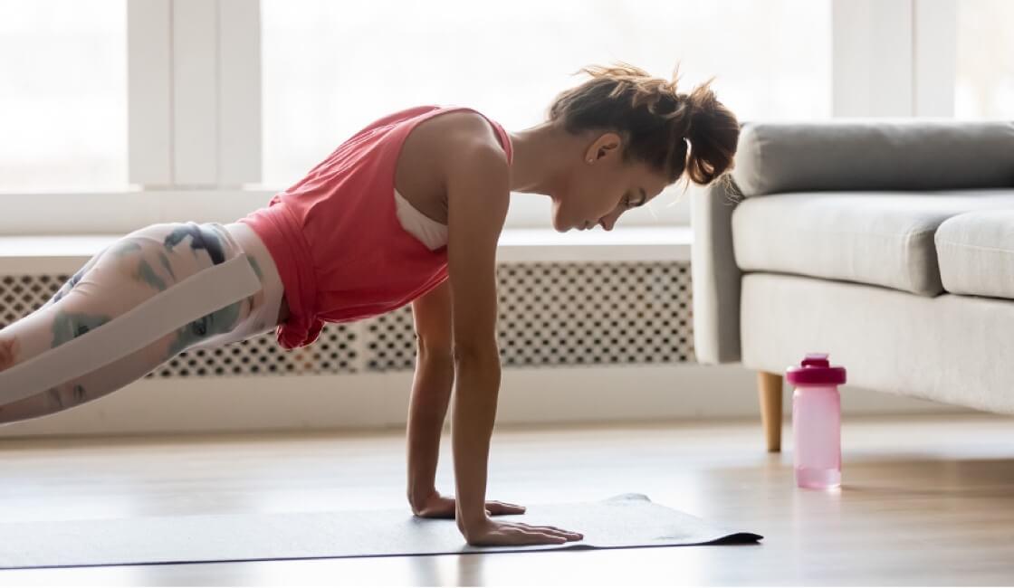 mujer entrenando con mat en casa