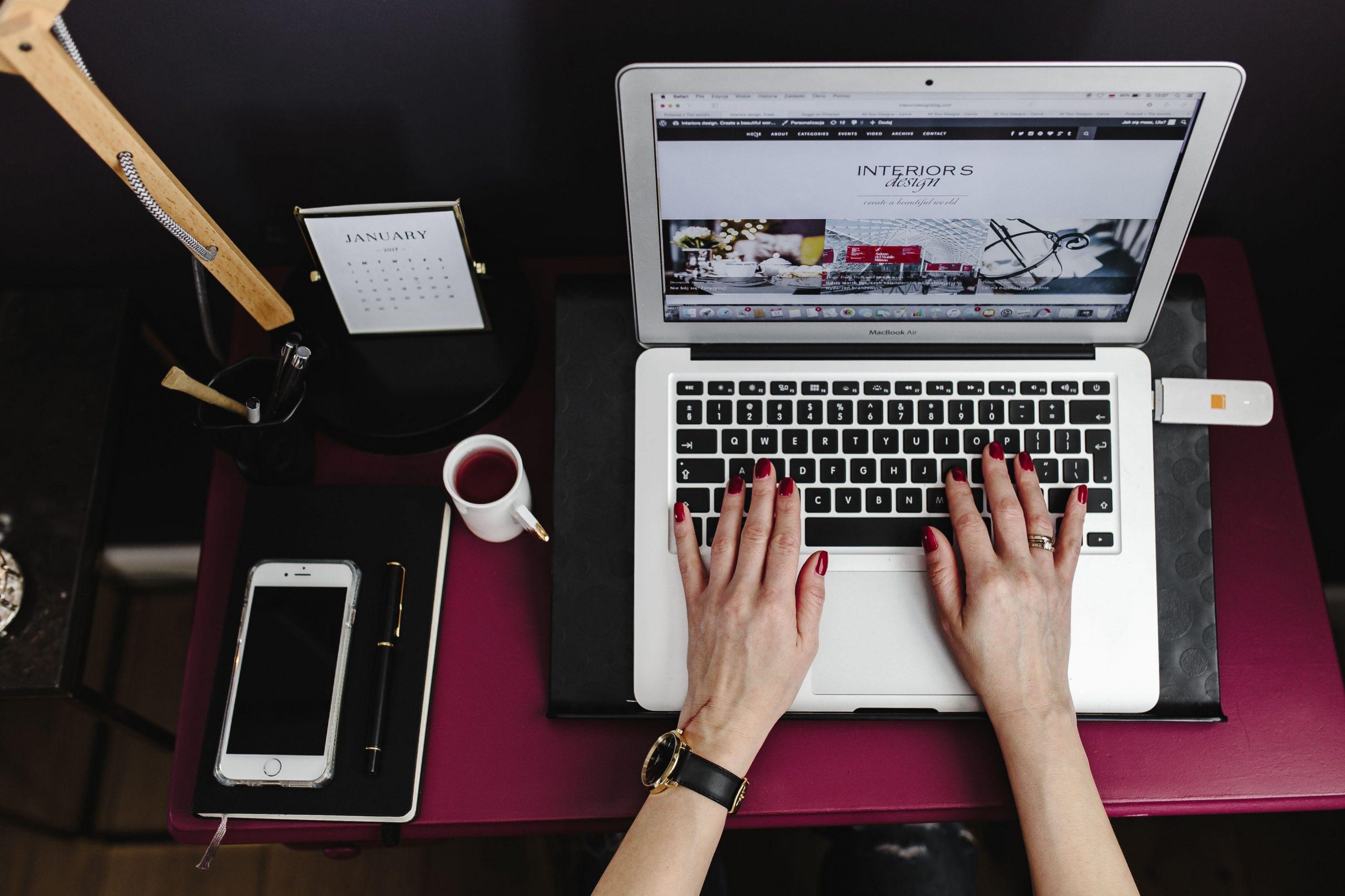 trabajando desde casa redactando blogs