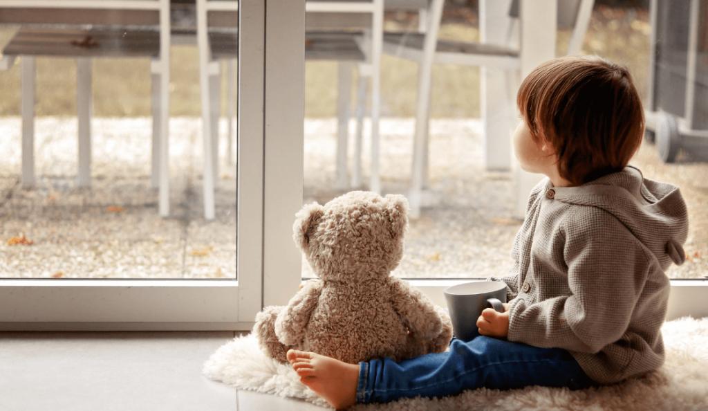 niño con autismo en casa