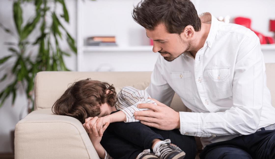 padre con niño autista en crisis