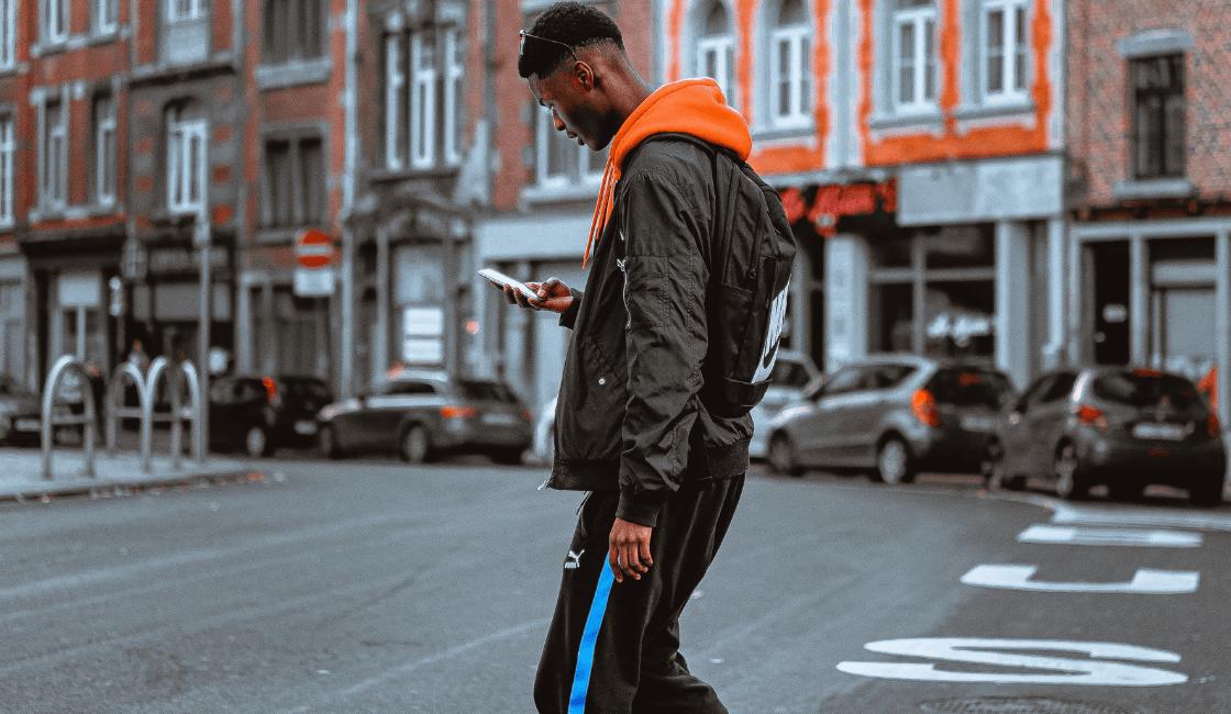 Hombre caminando con ropa urbana