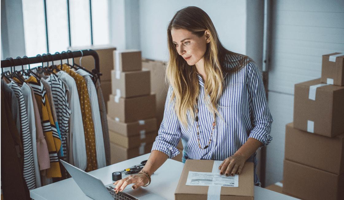 Emprendedora en frente de una laptop alistando sus pedidos