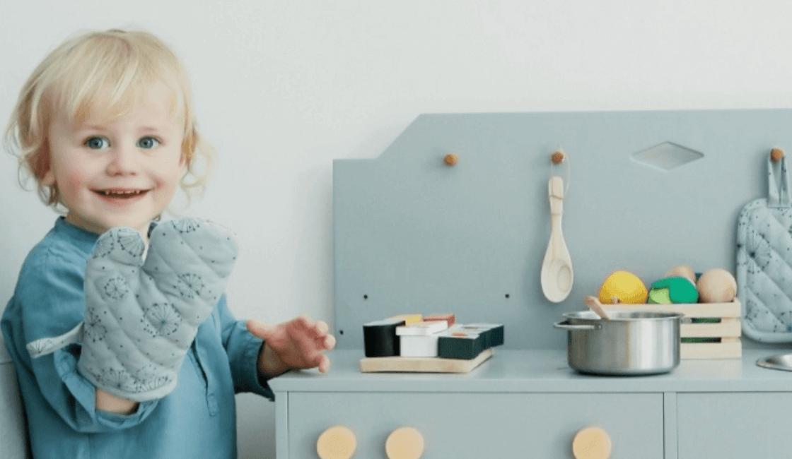 Role play con juguetes de cocinita