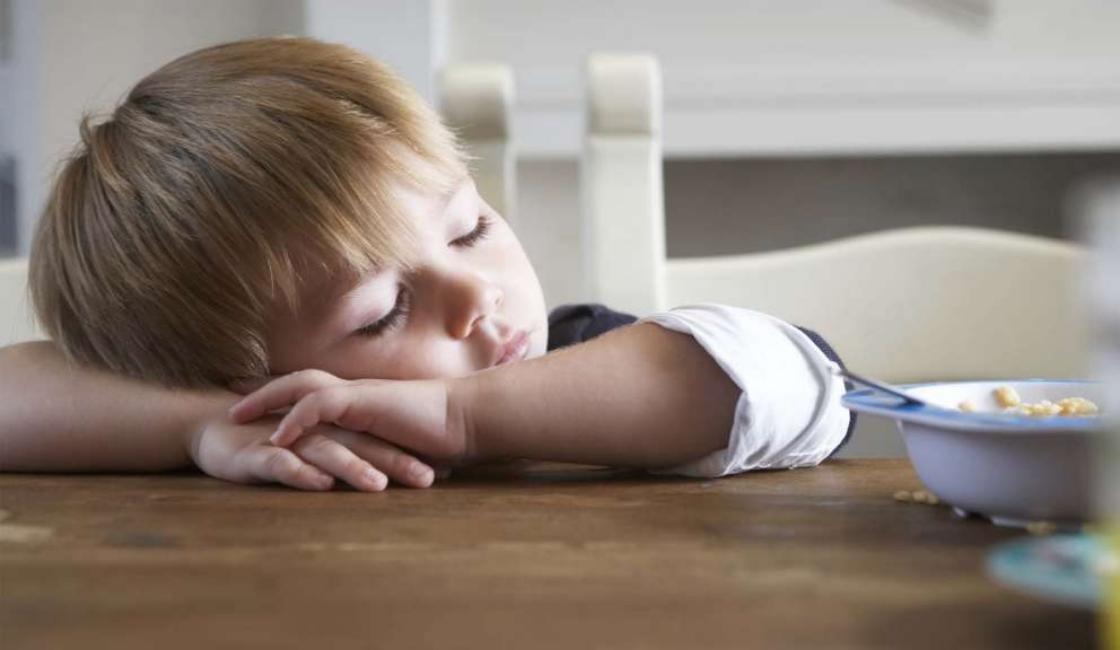 bebe dormido a causa de la anemia por falta de alimentos ricos en hierro para bebes